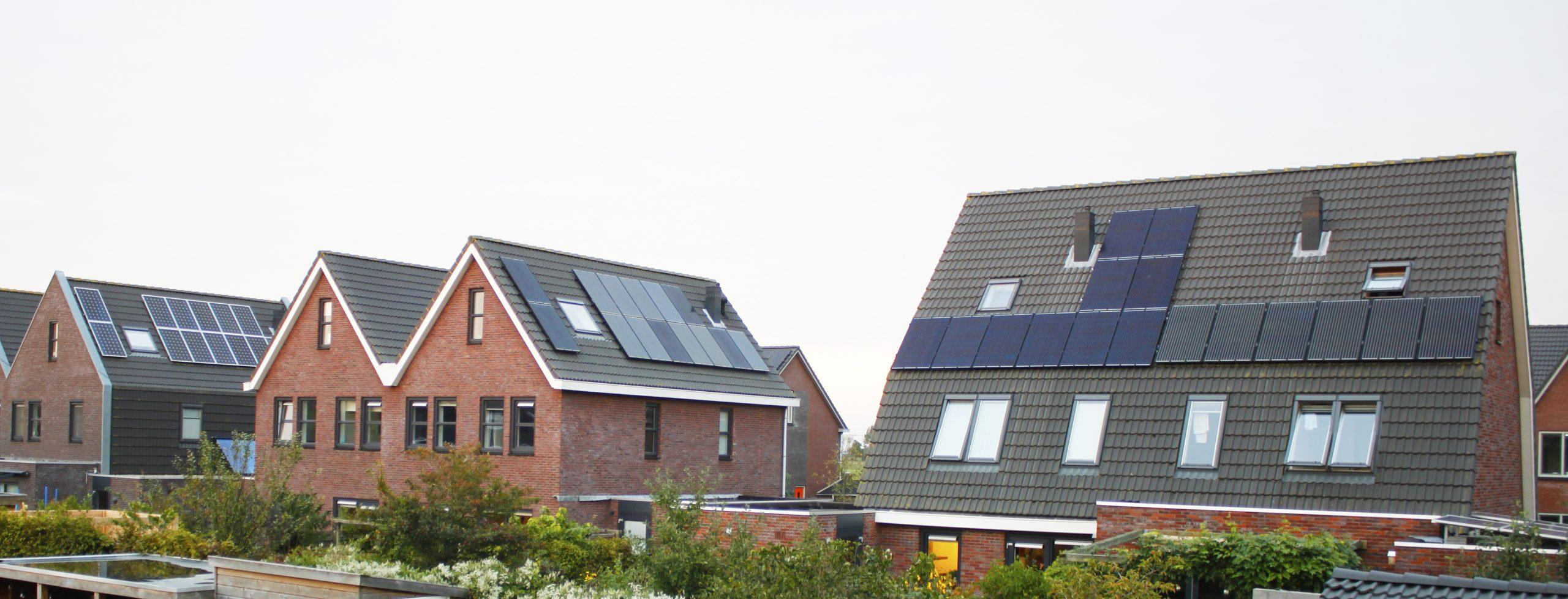 foto van huis met zonnepanelen
